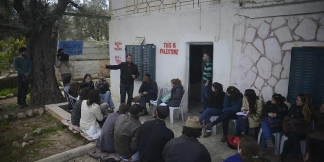 עיסא עמרו בפני קבוצה המבקרת בחברון מתוך סרטה של יעל ערבה מראות
